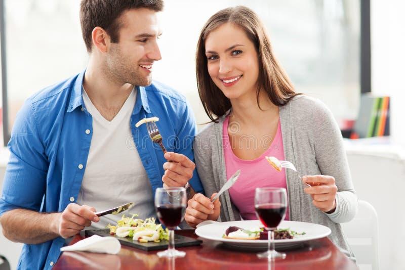 Koppla ihop att ha mål i restaurang fotografering för bildbyråer