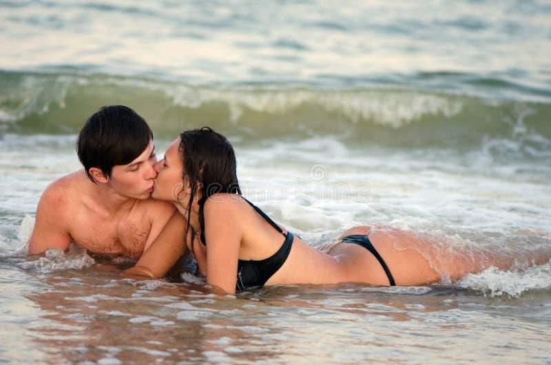 Barn kopplar ihop att kyssa royaltyfri bild