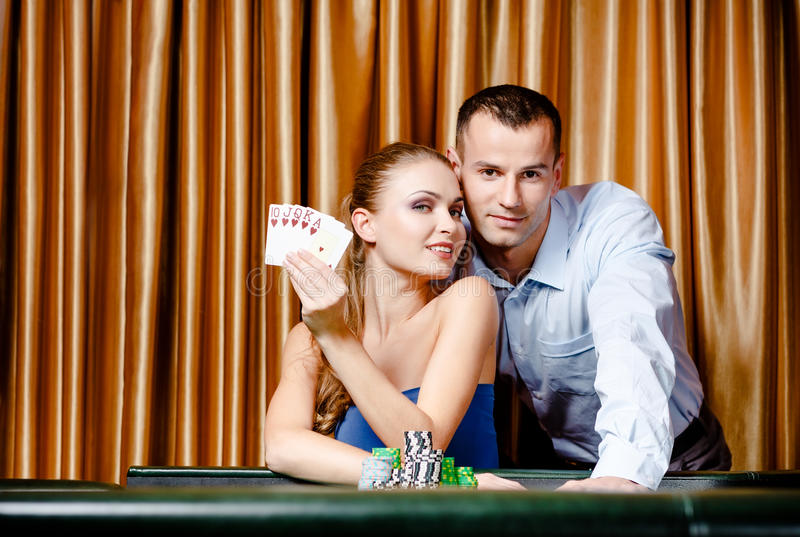 Barn kopplar ihop den leka poker royaltyfria foton