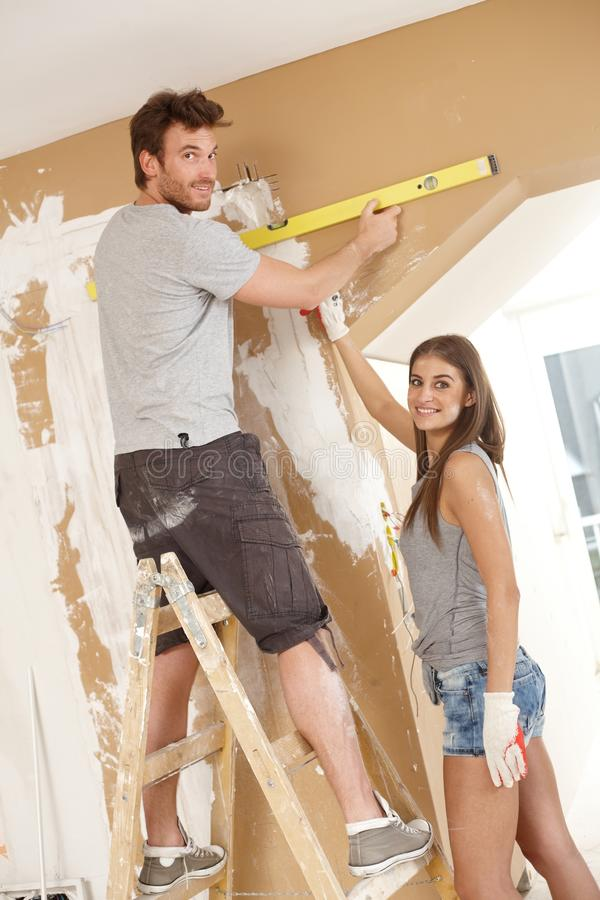 Barn kopplar ihop det byggande nya hemmet arkivbild