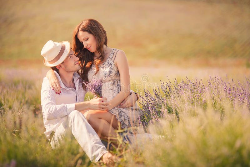 Barn kopplar ihop förälskat utomhus- royaltyfri fotografi