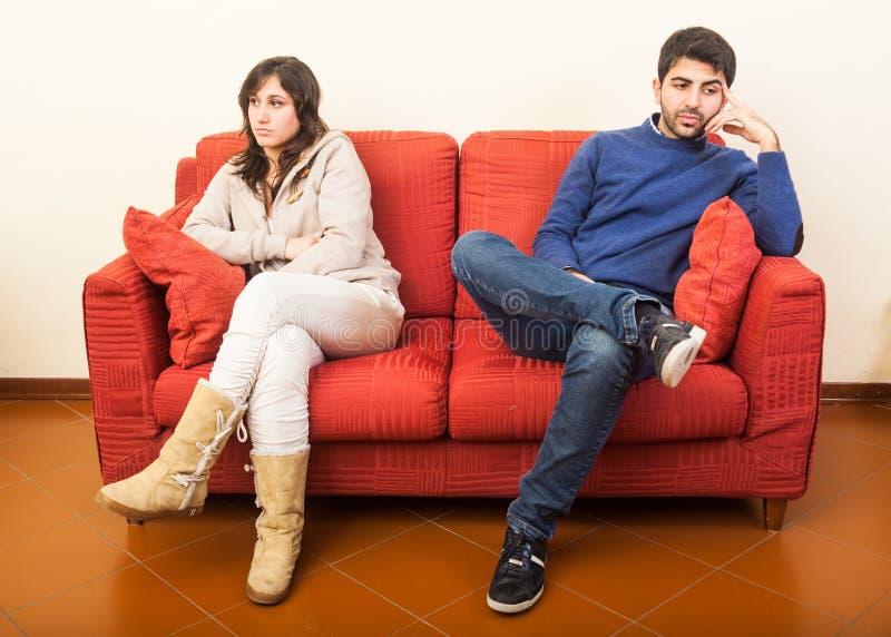 Barn kopplar ihop på sofaen royaltyfri bild