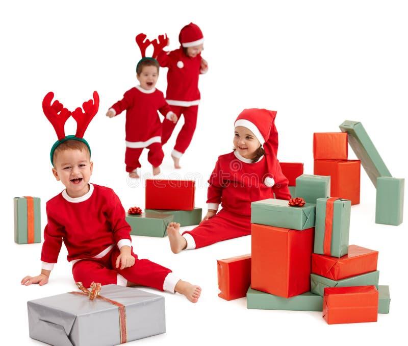 barn kostymerar lyckliga små santa arkivfoto