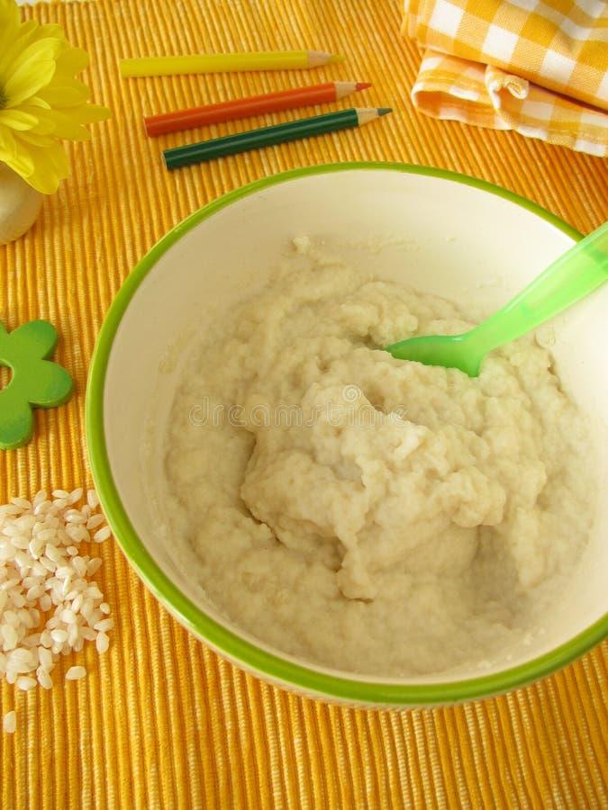 barn lagade mat med grädde liten rice royaltyfria bilder