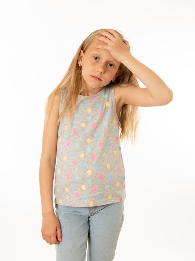 Barn ledset, olyckligt hjälplöst trött flickalidande från fördjupning Mänskliga sinnesrörelser som bulling arkivfoton