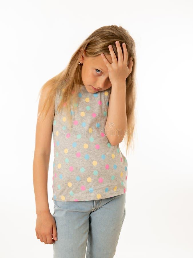 Barn ledset, olyckligt hjälplöst trött flickalidande från fördjupning Mänskliga sinnesrörelser som bulling royaltyfria bilder