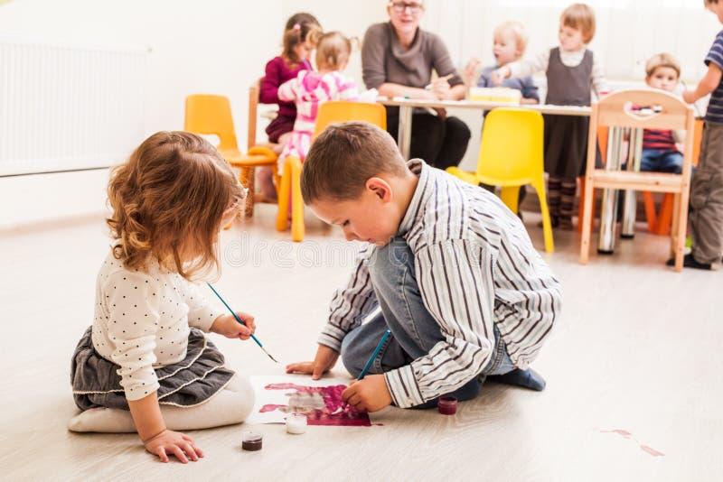 Barn målar royaltyfria bilder