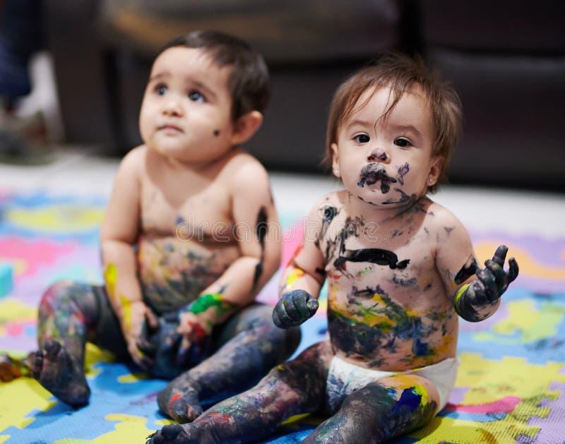 barn målar att leka royaltyfri fotografi