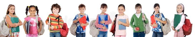 barn många gående tillbaka skoladeltagare till royaltyfria bilder