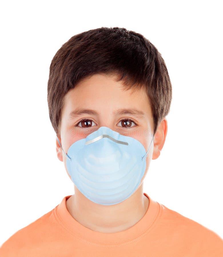 Barn med allergi och en maskering I royaltyfri bild