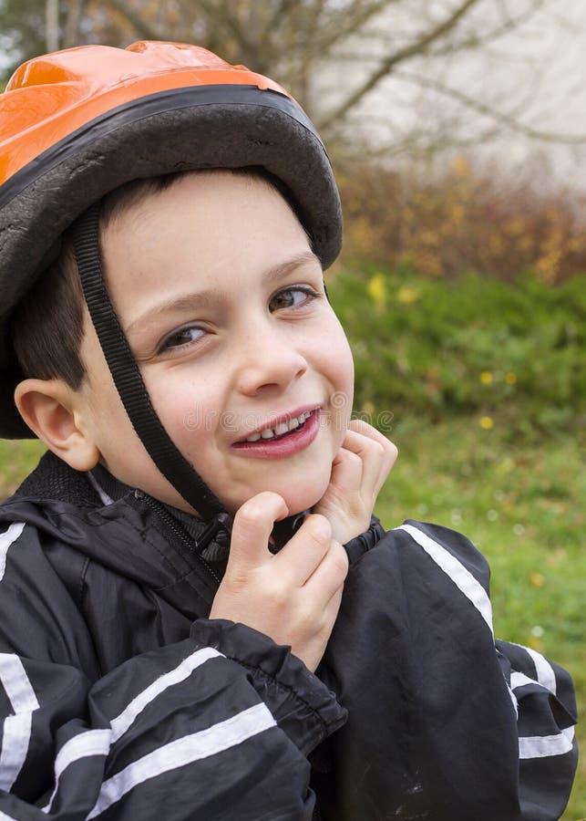 Barn med att cykla hjälmen arkivbilder