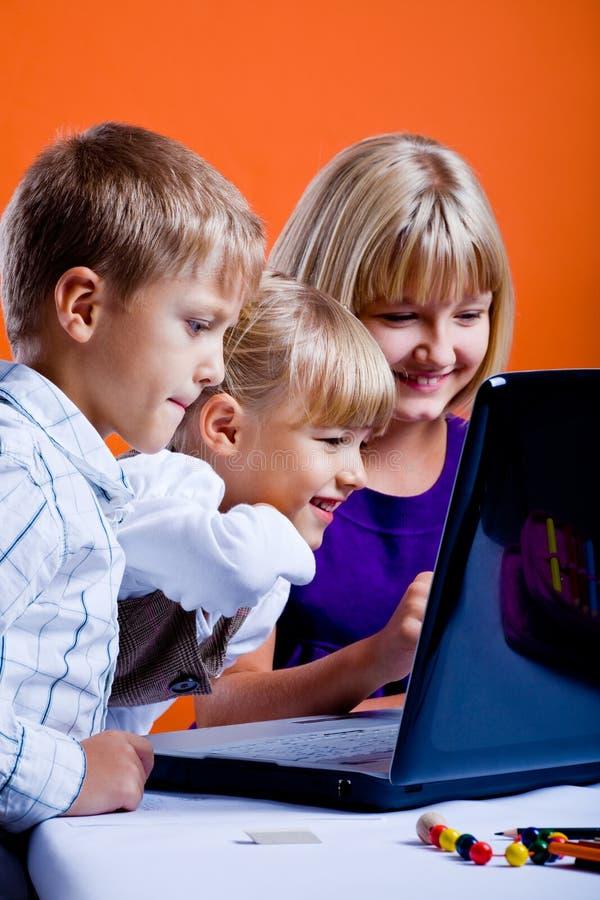 Barn med bärbar dator arkivfoto