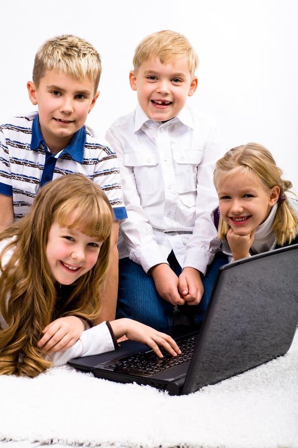 Barn med bärbar dator arkivbilder