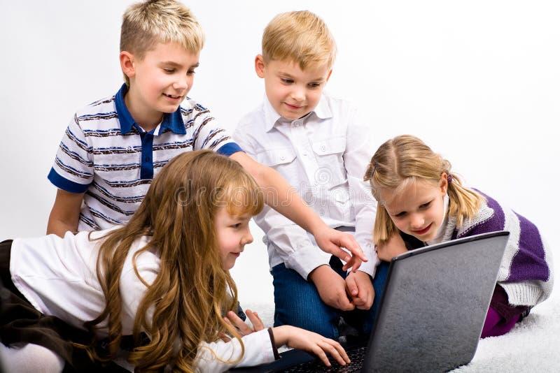 Barn med bärbar dator arkivbild