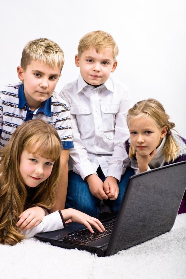 Barn med bärbar dator royaltyfri fotografi