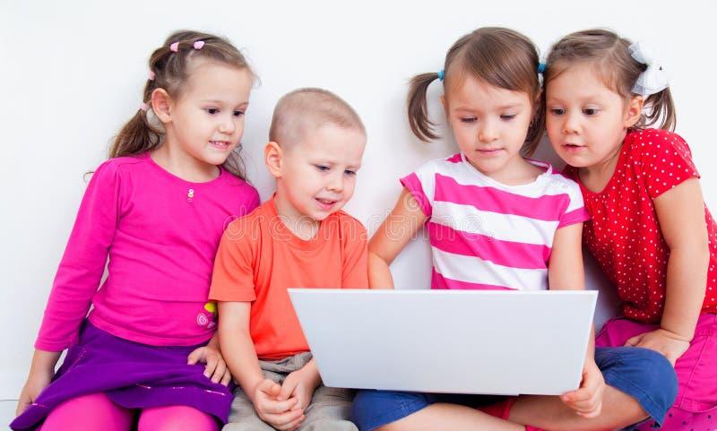 Barn med bärbar dator royaltyfria foton
