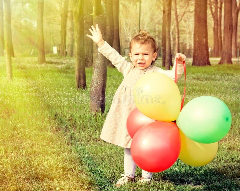 Barn med ballonger royaltyfri fotografi