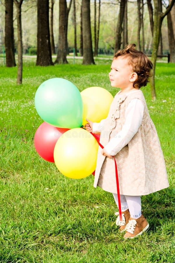 Barn med ballonger fotografering för bildbyråer