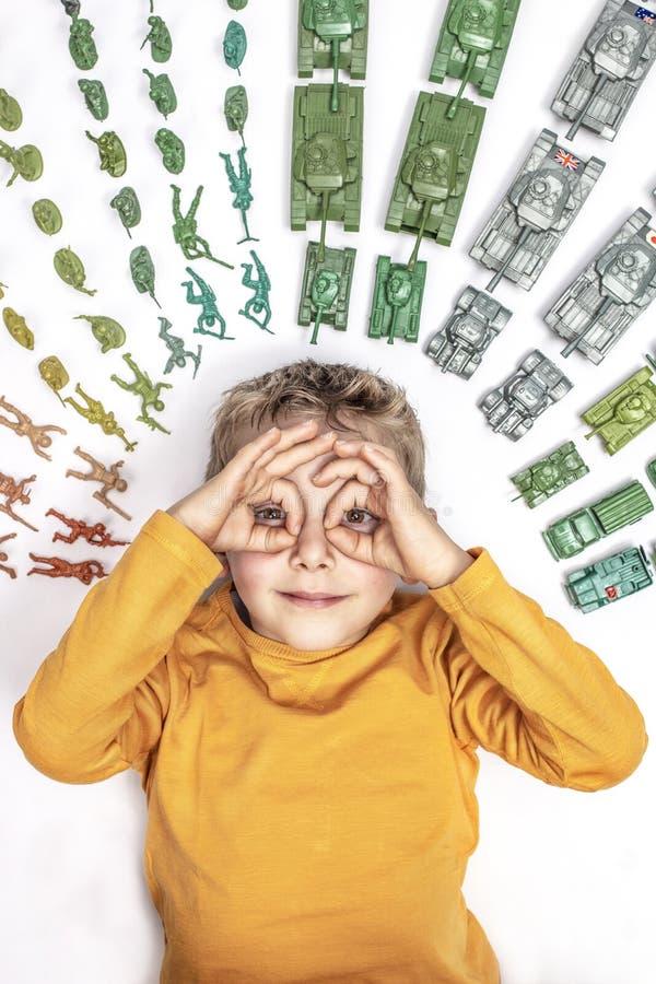 Barn med behållareleksaken arkivbild