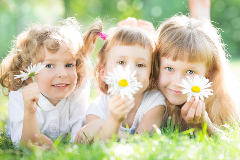 Barn med blommor parkerar in royaltyfri bild