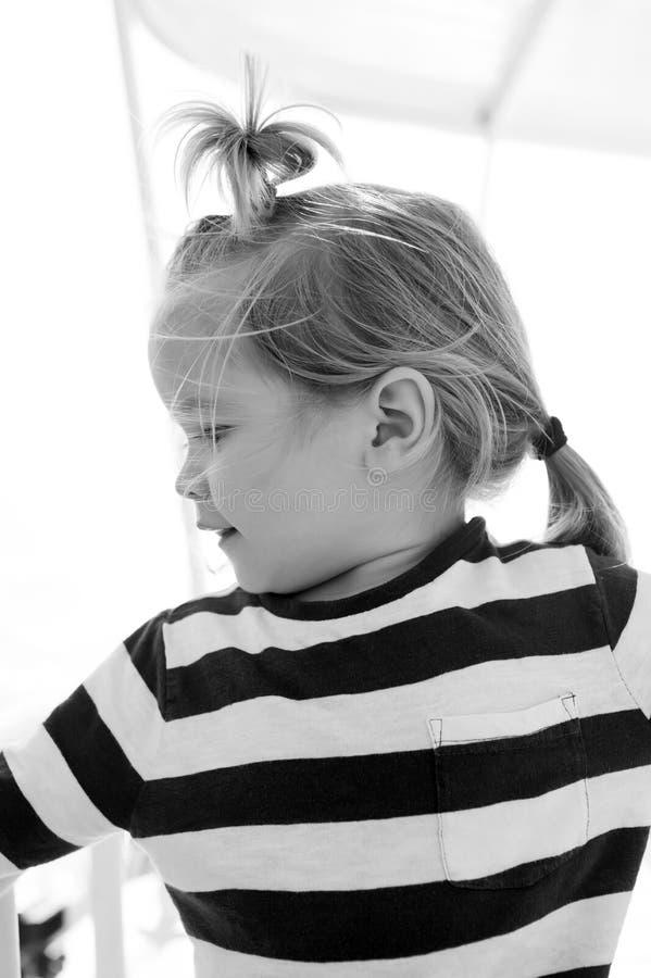 Barn med blont hår på yachten på solig dag royaltyfria foton