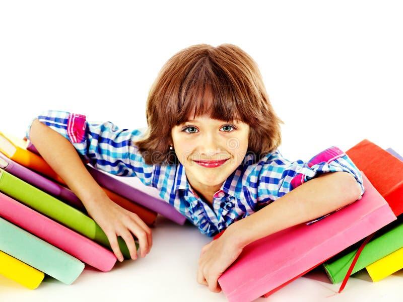 Barn med bunten av böcker. arkivfoto