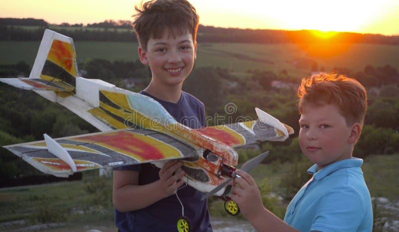 Barn med den airplan leksaken utomhus royaltyfri bild