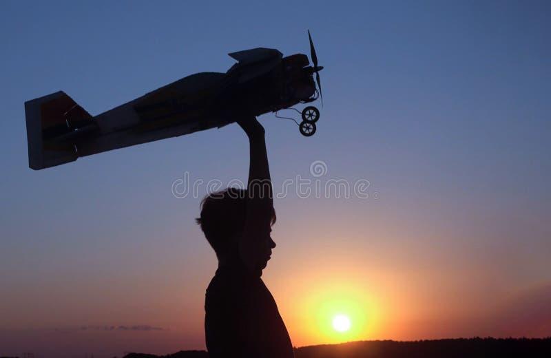Barn med den airplan leksaken utomhus fotografering för bildbyråer