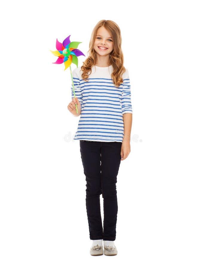Barn med den färgrika väderkvarnleksaken arkivfoton