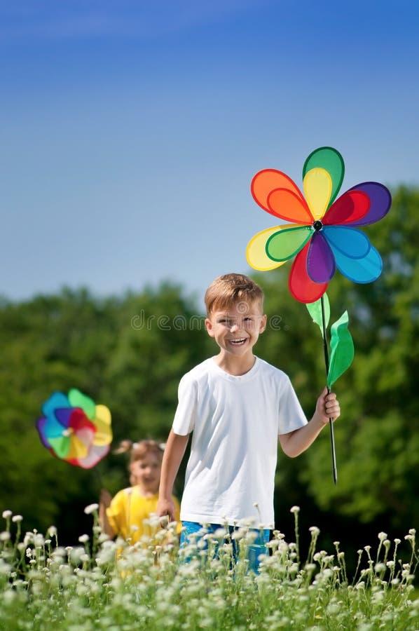 Barn med den färgrika vindflöjeln royaltyfria bilder