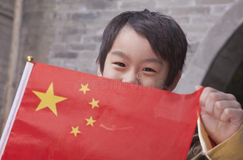 Barn med den kinesiska flaggan, stående fotografering för bildbyråer
