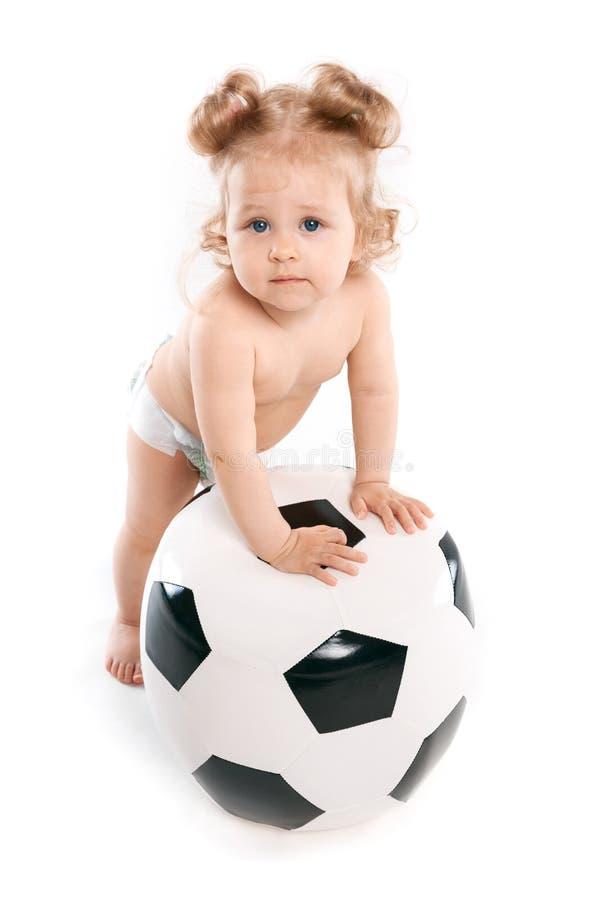 Barn med den stora fotbollbollen royaltyfri fotografi