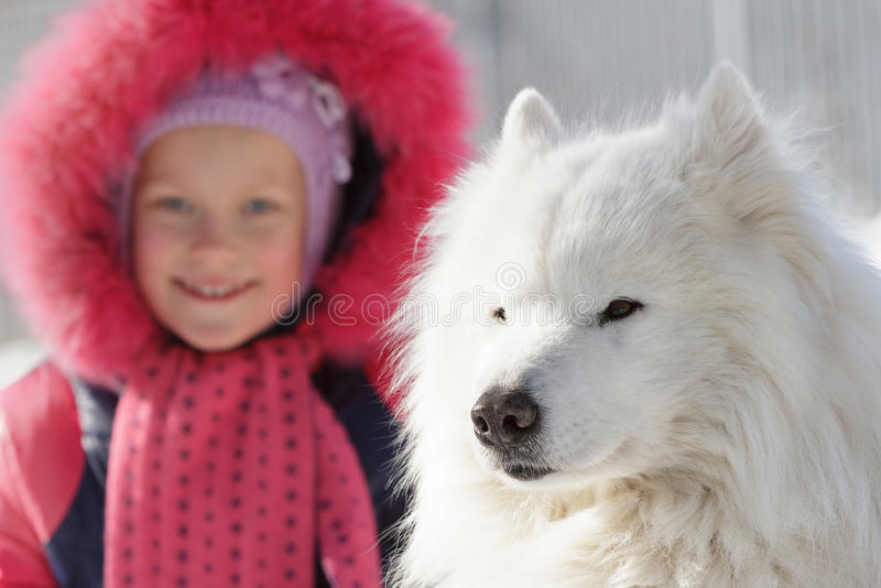 Barn med en favorit- hund royaltyfria foton