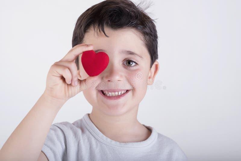 Barn med en hjärta arkivbild