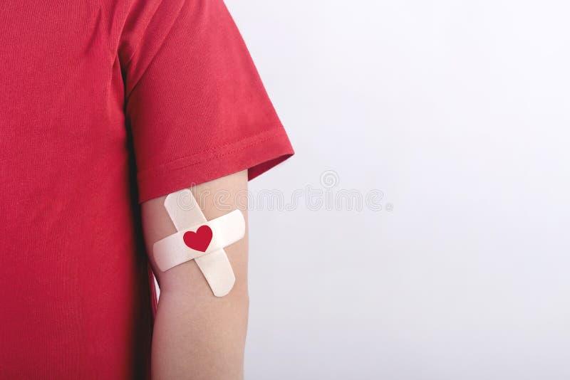 Barn med en hjärta som dras på hans arm Begrepp för bloddonation royaltyfri foto