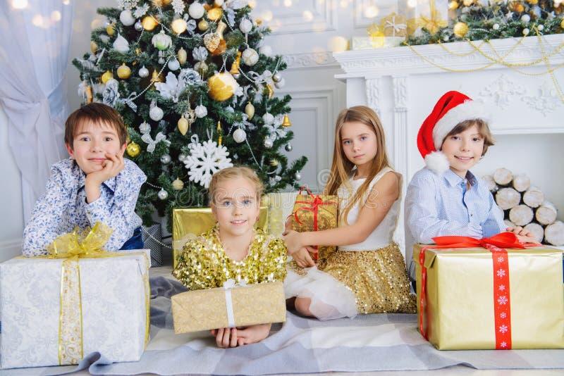 Barn med gåvaaskar royaltyfri bild