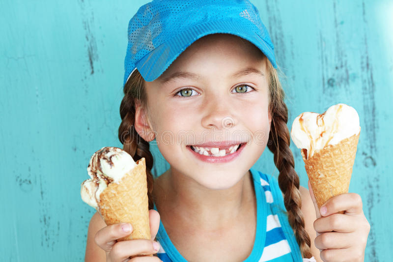 Barn med glass royaltyfri foto