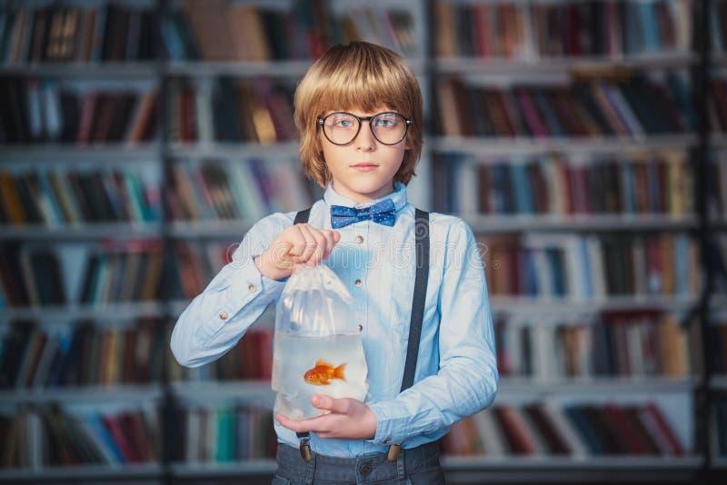 Barn med guldfisken royaltyfri bild