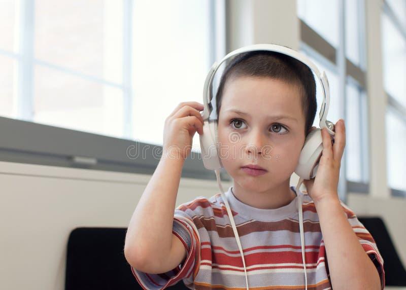 Barn med hörlurar royaltyfri bild