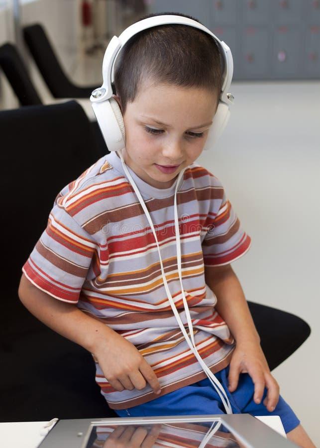 Barn med hörlurar royaltyfri foto