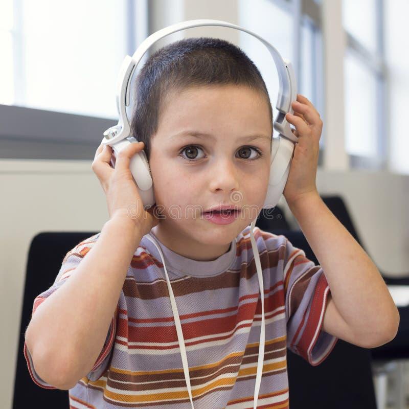 Barn med hörlurar fotografering för bildbyråer