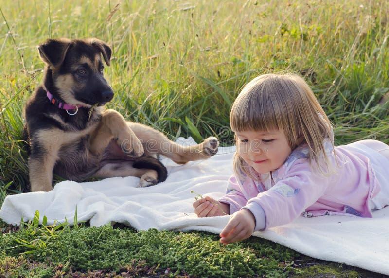 Barn med hunden i natur arkivfoton