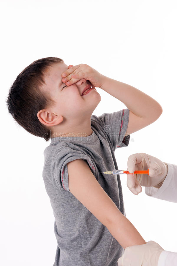 Barn med injektionen royaltyfria bilder