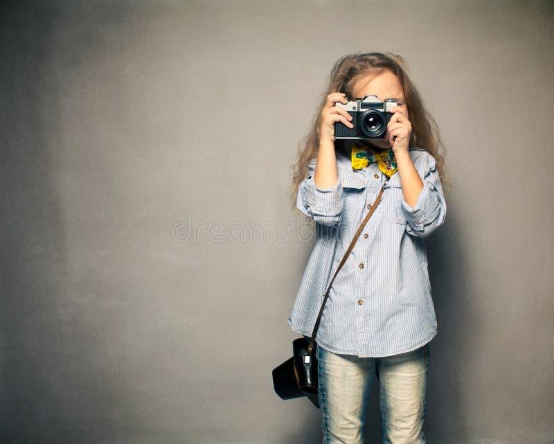 Barn med kameran. arkivfoton