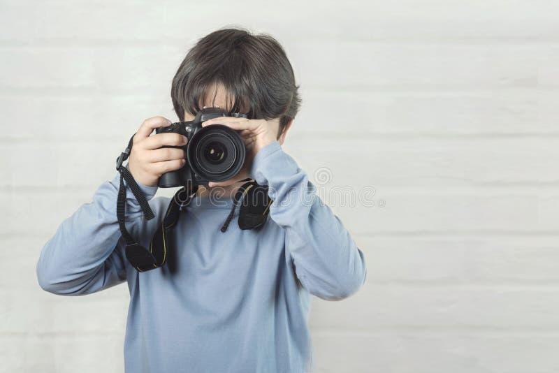 Barn med kameran royaltyfria bilder
