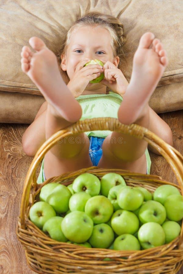 Barn med korgen av äpplen royaltyfria bilder