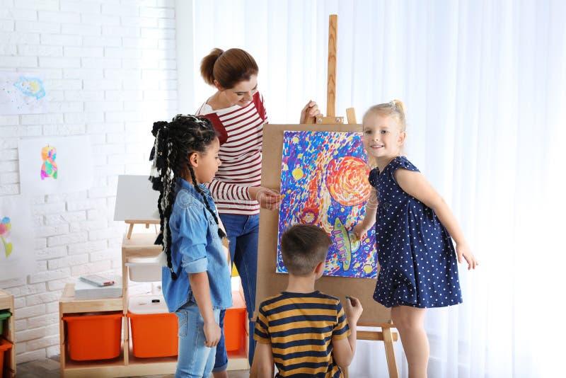 Barn med lärarinnan royaltyfria foton