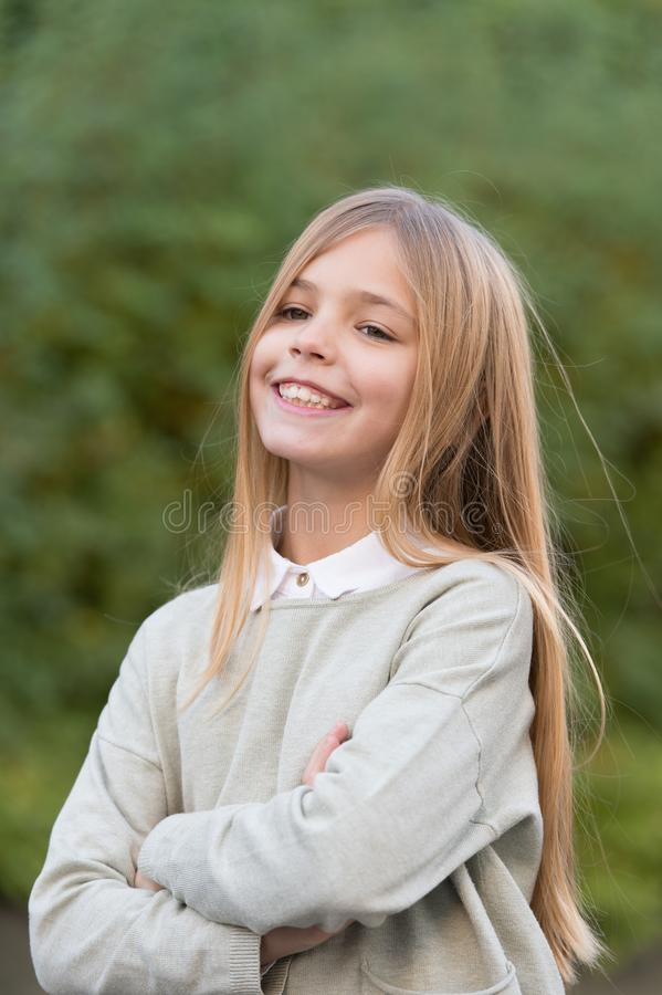 Barn med leende på den utomhus- gulliga framsidan Liten flicka med långt blont hår Skönhetunge med ny blick och hud _ royaltyfri fotografi