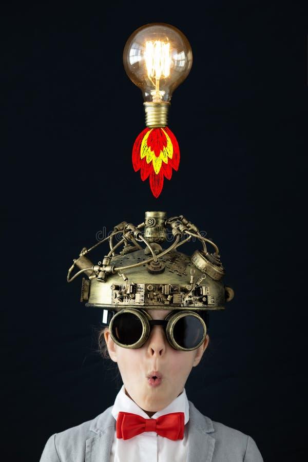Barn med leksakvirtuell verkligheth?rlurar med mikrofon arkivfoton