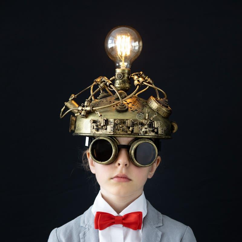 Barn med leksakvirtuell verkligheth?rlurar med mikrofon arkivbilder